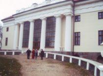 Prie Pakruojo dvaro rūmų, 2008 m.