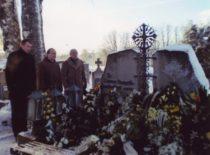 K. Ragulskis su sūnumis Minvydu ir Liutauru prie žmonos kapo Ukrinų kapinėse (Mažeikių raj.), 2009 m.