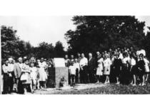 Ragulskių šeima prof. V. Čepinskio gimtinėje atminimo lentos atidengime, 1971 m.