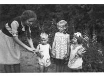 Auklėja vaikus, 1948 m.