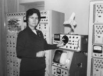 V. Ragulskienė Vibrotechnikos laboratorijoje, 1975 m. (Bartkevičiaus nuotr.)