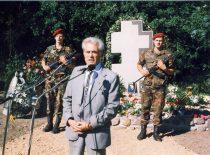 Partizanas Antanas Lukša kalba paminklo brolio J. Lukšos žuvimo vietoje atidarymo metu, 2000 m. (Lukšų šeimos archyvas)
